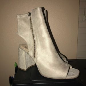 {D} ankle booties kind of ?